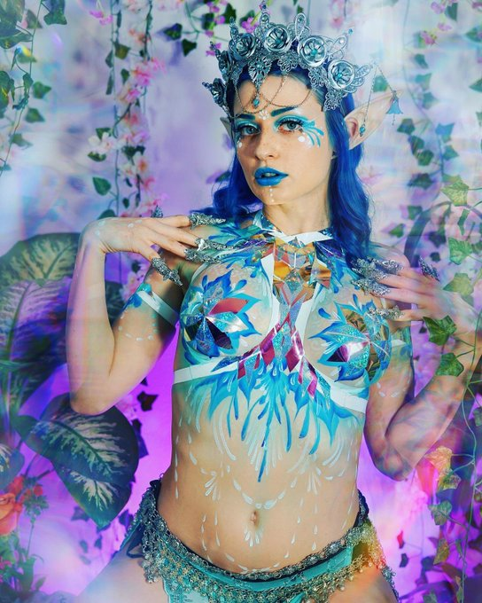 2 pic. You stumble upon me on your quest before meeting the final boss, wyd?  Body art: @ZamiMariaArt