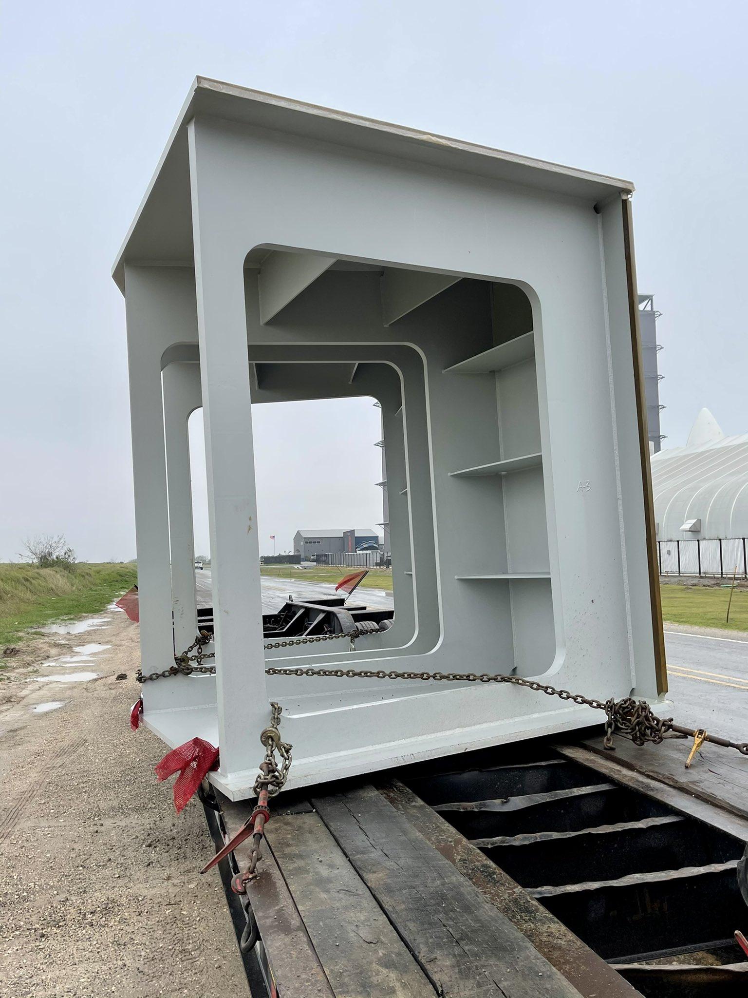 """элемент пускового стола вблизи — не маленькая стальня """"дура"""" — масса около 22 тонн"""