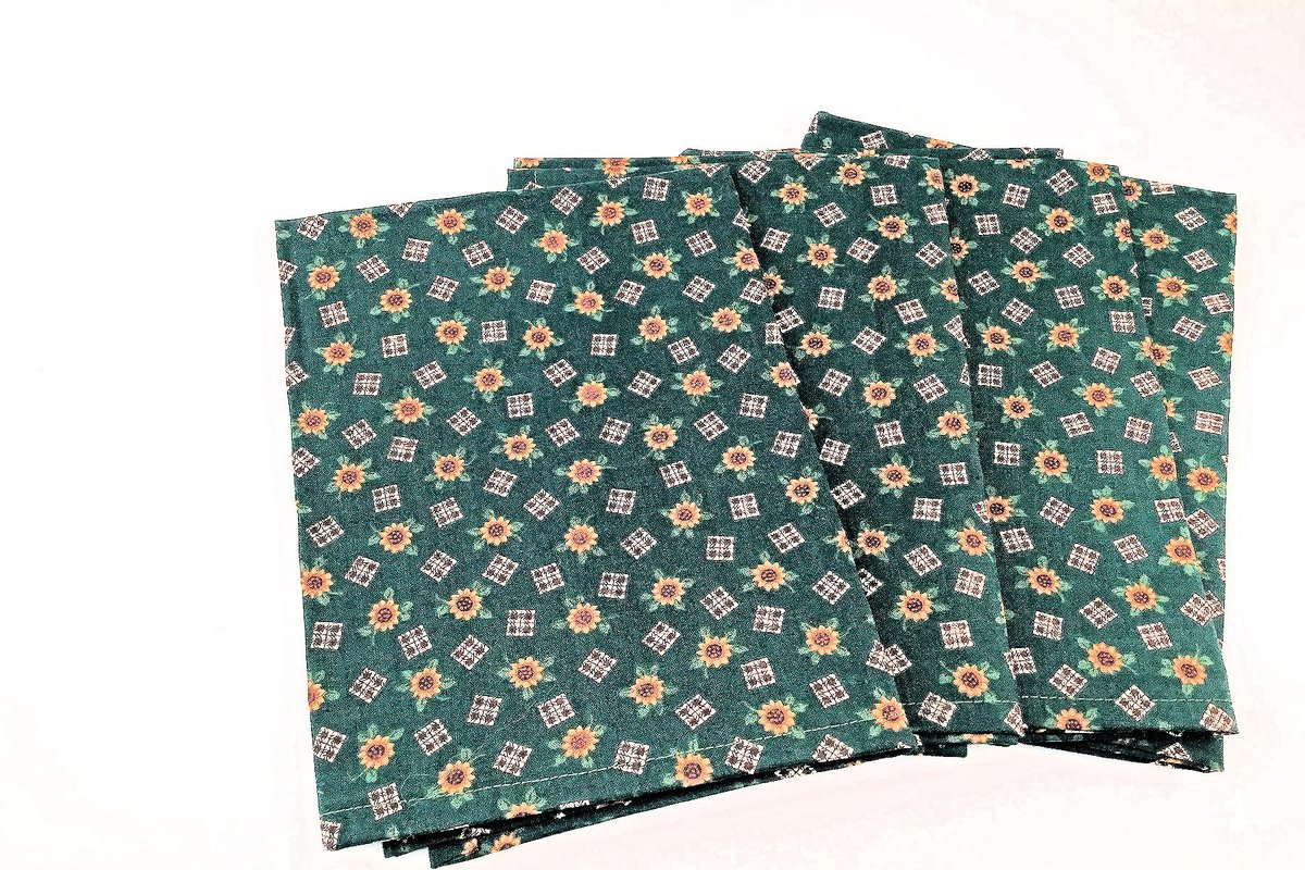 Sharing for Kate Duvall on Etsy  Really love this, from the Etsy shop 2Fun4Words.  #etsy #sunflowernapkins #handmadenapkins #darkgreennapkins #napkinset #hostessgift #dinnernapkins #greenandyellow #reusablenapkins #clothnapkins