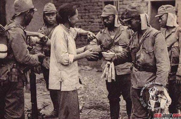 海外に住む中国人がツィッターでアップした一枚の写真、日中戦争中の中国某所、村人のお婆さんはごく自然な笑顔で、日本兵たちにお茶を振る舞っている。中国共産党と日本の左翼のプロバガンダでは、日本兵が中国で殺戮と放火と強奪の限りを尽くしたというが、真実はむしろこれであろう。