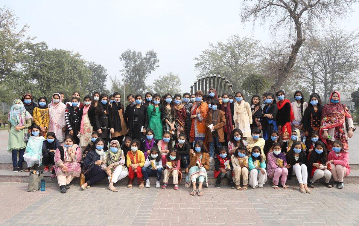 """عبدالعلیم خان فاؤنڈیشن کے زیر اہتمام """"اپنا گھر سکول"""" کی بچیوں نے جلو پارک کا تفریحی دورہ کیا جس دوران وہ خوب لطف اندوز ہوئیں، بچیوں نے مختلف تفریحی سرگرمیوں میں حصہ لیا۔ #ApnaGhar #AAK_Foundation"""