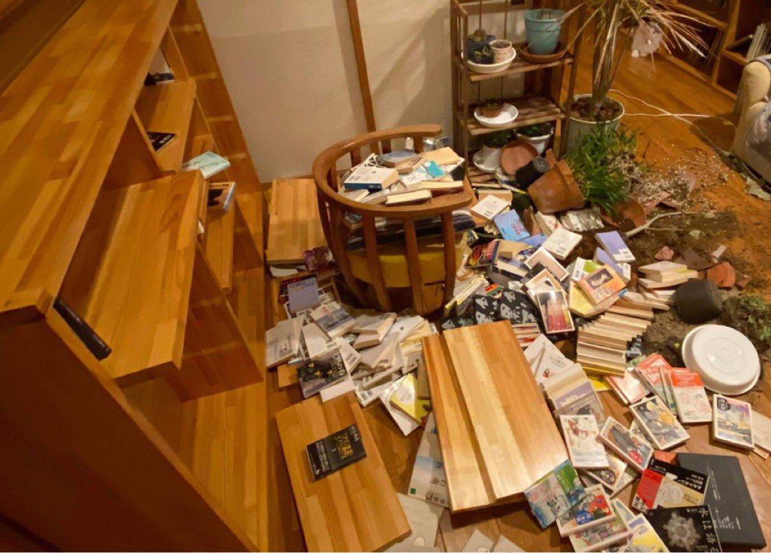 福島県南相馬市小高区の自宅の中が、めちゃくちゃです。