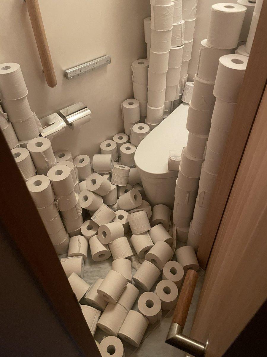 地震の後、トイレ見たら、、、 揺れすごかったのが分かる。。。