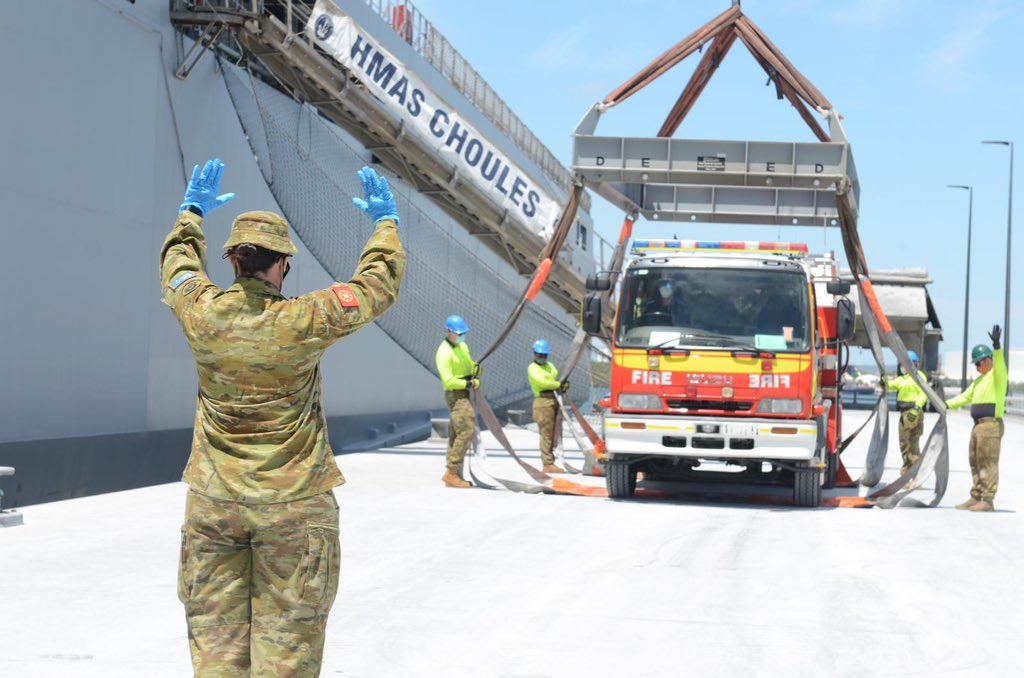 A year ago, 100 #PNGDF troops stood side-by-side with #YourADF during the 2019-20 Black Summer Bushfires. This w/e, #HMASChoules departed QLD loaded with firefighting capability donated by @QldFES to gift to PNG Fire Service – as Wontoks we support each other. 🇦🇺🇵🇬 @ADFinPNG