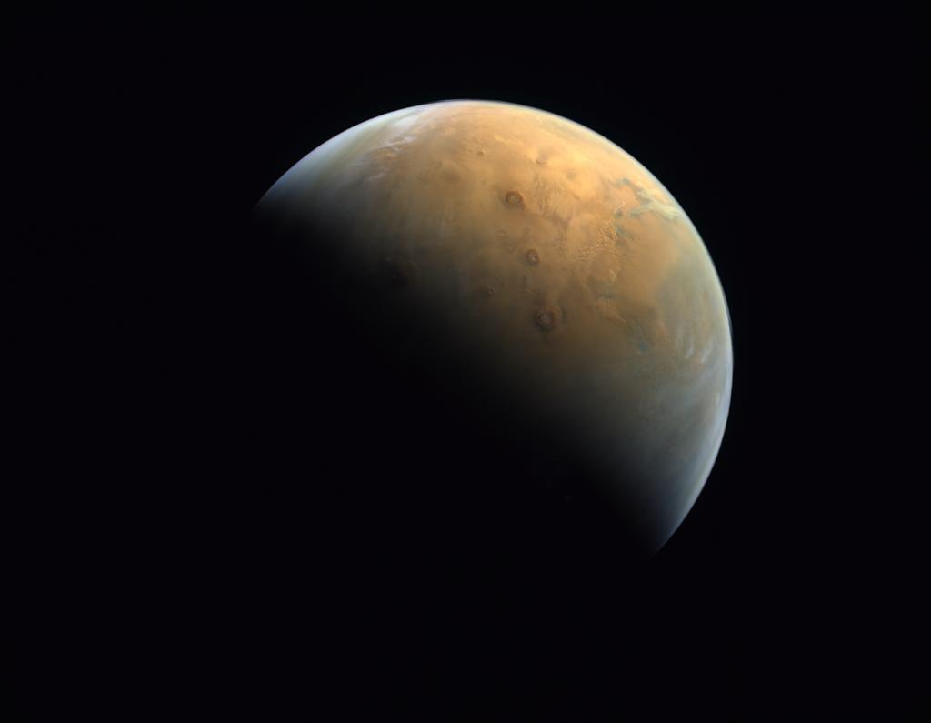 من ارتفاع ٢٥ ألف كم عن سطح الكوكب الأحمر .. أول صورة للمريخ بأول مسبار عربي في التاريخ The first picture of Mars captured by the first-ever Arab probe in history, 25,000 km above the Red Planets surface