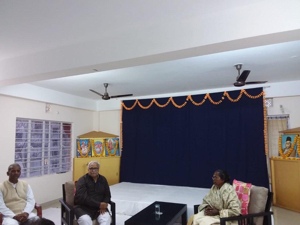 मा. सरकार्यवाह भय्याजी जोशी ने सिलीगुड़ी (प.बंगाल) में इस वर्ष पद्म श्री से सम्मानित श्रीमती कमली सोरेन को शाल, श्रीफल देकर उनका अभिनंदन किया।कमली सोरेन जी को भारत सरकार ने बीसेस-कोरके जनजाति समाज में शिक्षा एवं आयुर्वेदिक चिकित्सा के संदर्भ में पद्म श्री पदक से सम्मानित किया है।
