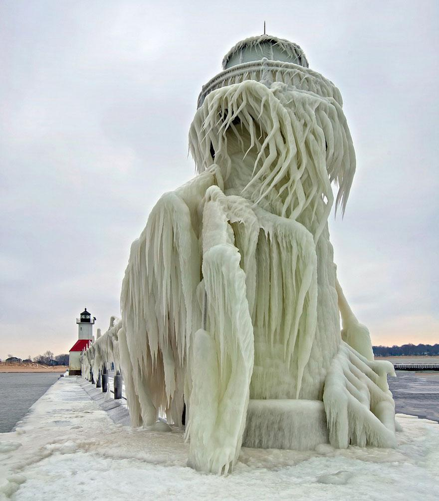 Lighthouse on Lake Michigan after an ice storm https://t.co/4NOzOrh9Yi