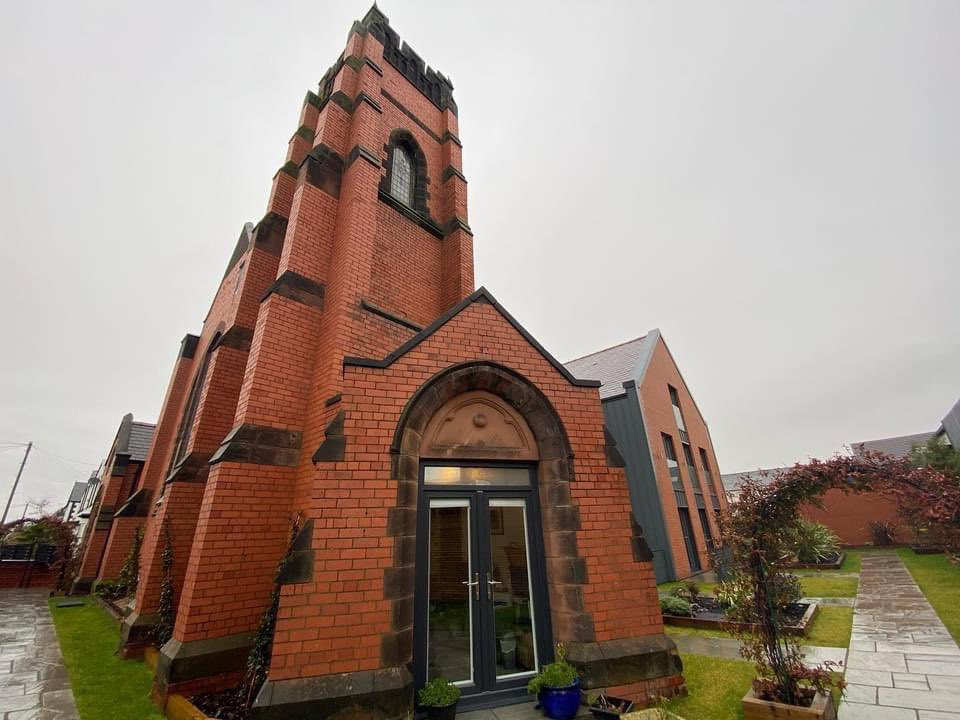 𝙇𝙖𝙨𝙩 𝙩𝙬𝙤 𝙧𝙚𝙢𝙖𝙞𝙣𝙞𝙣𝙜 𝙖𝙥𝙖𝙧𝙩𝙢𝙚𝙣𝙩𝙨 💒💫  Due to these being the last two apartments, the developer has offered a significant discount in price. Don't forget, there is a full rental guarantee in place.  ⏩ DM us for more info!  #Hoylake #ChurchRenovation