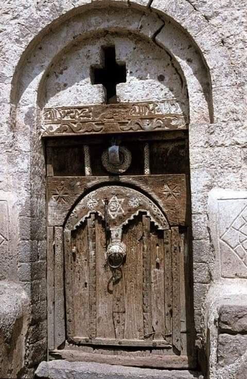 """إسرائيل تغرد : صورة من اليمن أرسلها إلينا أحد المتابعين وهو يكتب: """"أهديكم هذه الصورة التي تجمع الصليب ونجمة داوود و…"""