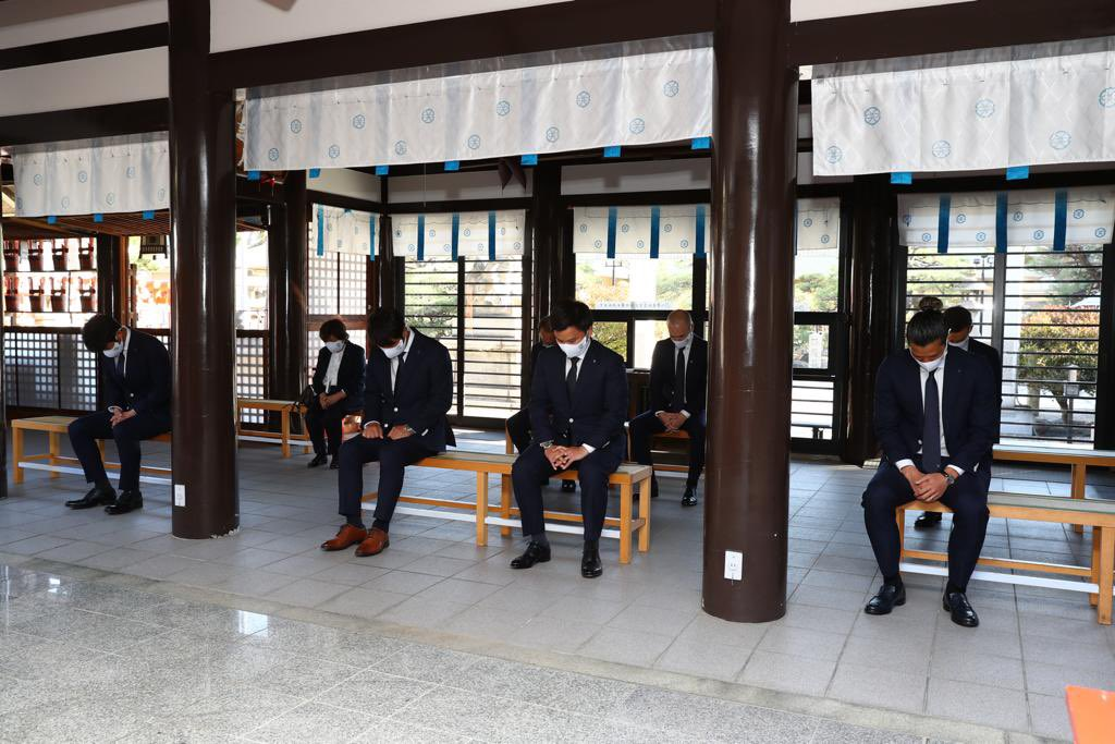 Visita al templo Wada Shrine para el ritual Hissho Kigan. Deseando una feliz temporada del @visselkobe! 🙏🏼💪🏻  和田神社で必勝祈願。素晴らしいシーズンになりますように! @visselkobe 🙏🏼💪🏻