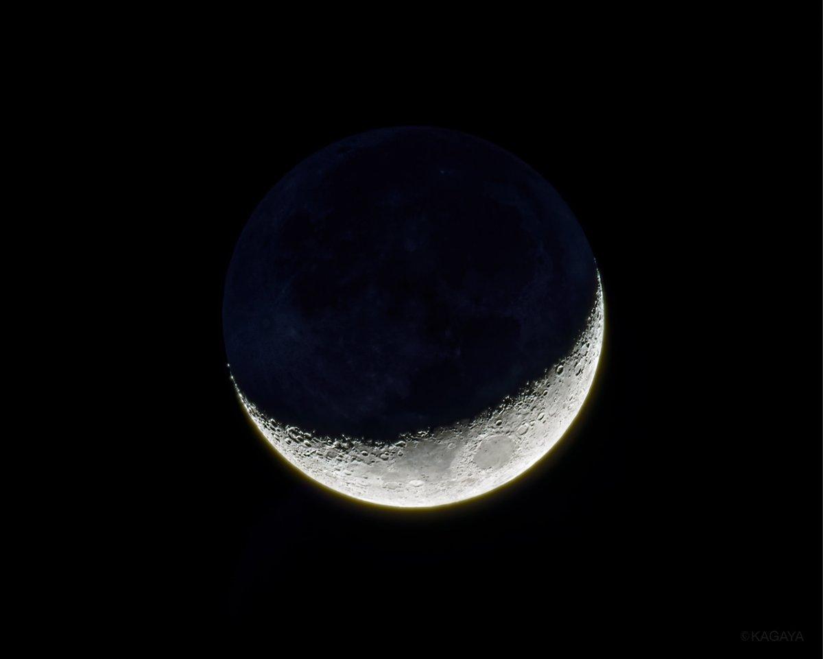 先ほど、西へ沈んでいった月です。 花粉に弱いわたしがくしゃみをしながら撮影してるのを、月が笑っているようでした。 今日もお疲れさまでした。