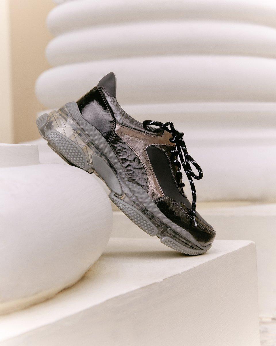 Кроссовки — обязательная обувь в гардеробе любого человека! ✨   Вкусов и моделей множество, но мы знаем: пара должна быть удобной, качественной и прослужить ее владельцу долгое время и стильной, соответствовать новым веяниям моды.   Кроссовки купить ≫https://t.co/IPhXTeXeQt https://t.co/MBZ3YePEpj