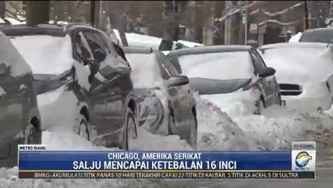 Warga Chicago, Amerika Serikat kembali membersihkan salju yang menumpuk setebal 16 inci di jalanan. Bulan Februari ini menjadi periode musim dingin terburuk dengan suhu sangat dingin. #MetroSiang