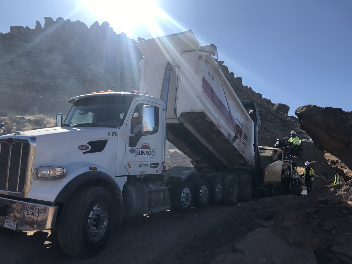 Quality mixes and skilled crews combine to produce the smoothest #asphalt pavement with lasting durability. 📷 Sunroc paving team in Southern #Utah finishing up the Banded Hills Trail project earlier this month in sunny St. George.  @Cityofstgeorge @asphalt https://t.co/TCZM7VcJIP