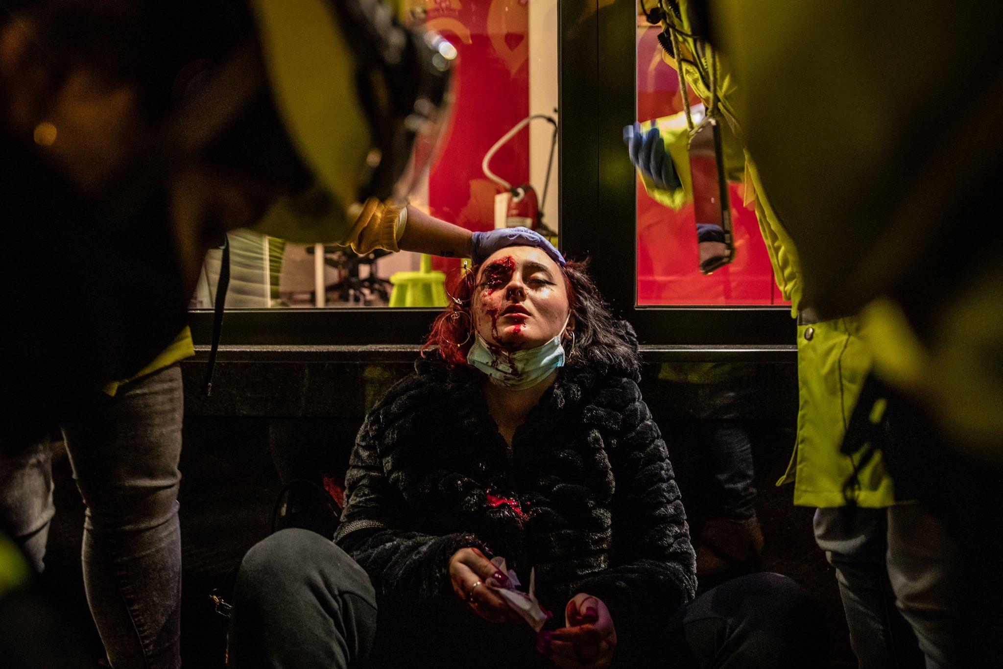 Encarcelado el rapero Pablo Hasél tras ser detenido por los Mossos en la Universidad de Lleida. Manifestaciones de apoyo y denuncia en distintas ciudades. EucYglxXAAA-nnC?format=jpg&name=large
