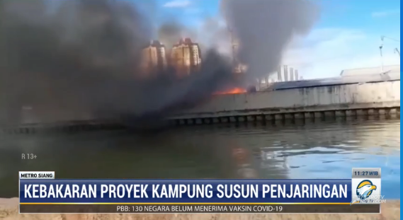#MetroSiang kebakaran terjadi di proyek pembangunan kampung susun akuarium di Penjaringan, Jakarta Utara. Kebakaran diduga akibat korsleting listrik. 11 sepeda motor dan dagangan warga terbakar. Tidak ada korban jiwa dalam peristiwa ini. streaming: