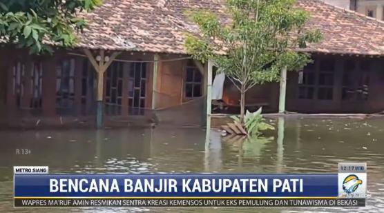 #MetroSiang per hari Kamis, ada 23 desa masih terendam banjir di Kabupaten Pati, Jawa Tengah. Ketinggian air masih 1 meter lebih. Banjir disebabkan luapan sungai Silugonggo akibat terjadi pendangkalan sungai. streaming: