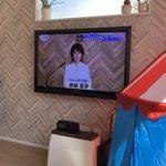 ちょっとした奇跡?テレビに映る背景と家の壁の模様が一緒!