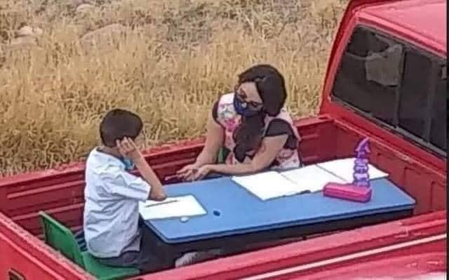 """se acuerdan de la maestra q iba en su camioneta a dar clases a los niños q no tenían acceso a internet ? La historia llegó a Nissan y la empresa decidió regalarle a la maestra una NP300 con un """"salón de clases móvil"""" para q pueda seguir educando a los niños de escasos recursos ."""