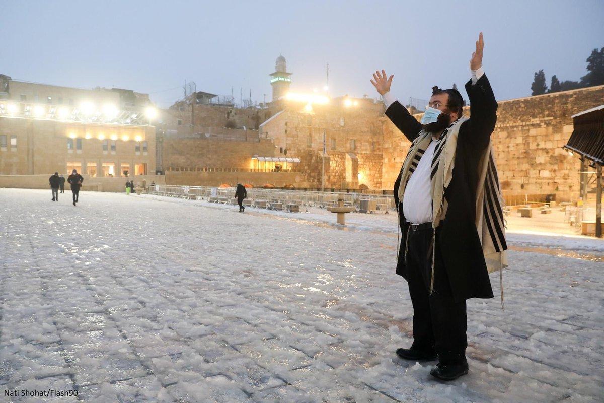أفيخاي يغرد : كم هي جميلة عاصمة اسرائيل باللون الابيض. انها اورشليم العريقة بتاريخها لا بل هي العراقة بكل معانيها