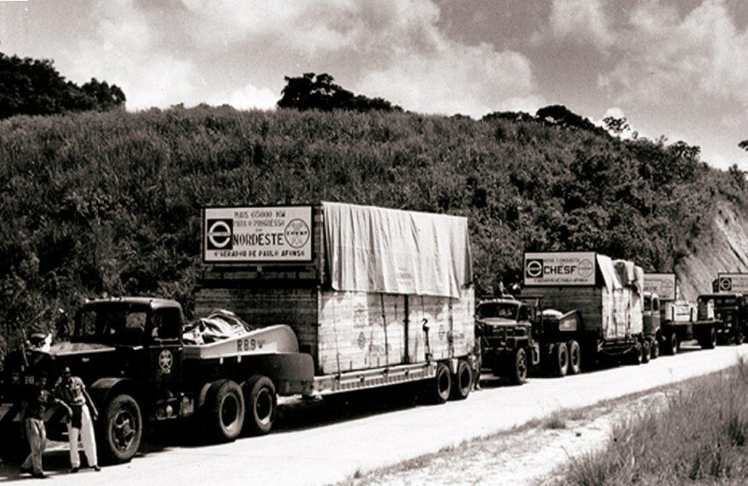 No #tbt de hoje, mais um imagem histórica. A foto de 1964 mostra caminhões da Chesf transportando peças da terceira unidade geradora da Usina de Paulo Afonso II, compondo assim as seis unidades que totalizavam 480 MW de potência. O empreendimento foi concluído em 1967. https://t.co/cWRhKa1J59