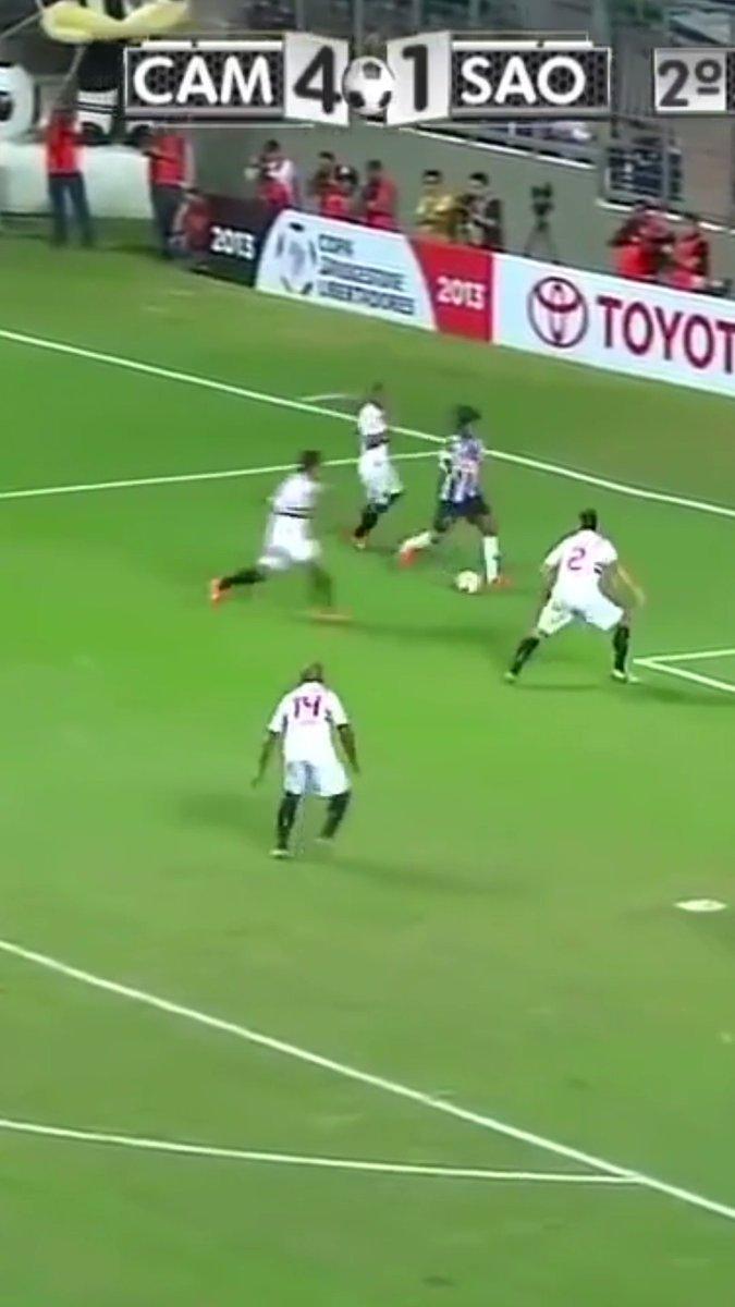 Replying to @Atletico: #TBT de uma noite mágica de @LibertadoresBR! 🏴🏳️ @10Ronaldinho