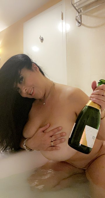 Happy thirsty Thursday! Cum join me in the bath on https://t.co/1c0XAaW4MU 💋💦🍾🥂 https://t.co/Ao9QPGK