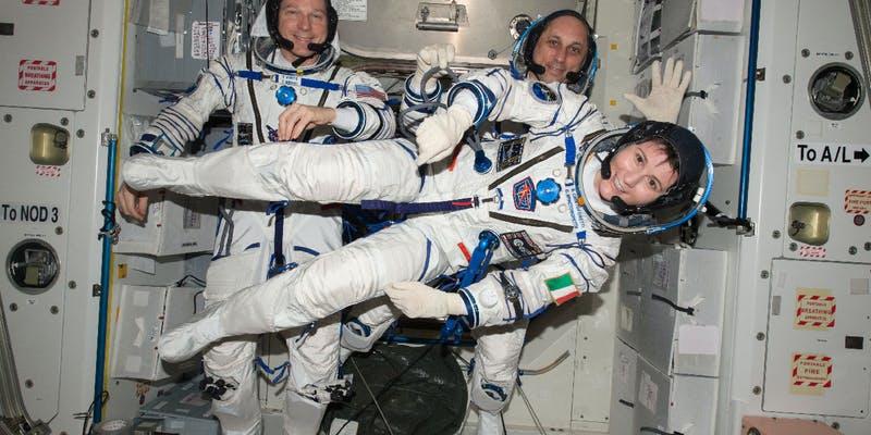 #Revuedepresse 🖥 A lire chez @cadremploi: L'@esa recrute des femmes astronautes, avec des contributions de @ersiliascarpett, Zineb Elomri et Claudie Haigneré 👇 cadremploi.fr/editorial/actu… #YourWayToSpace 📷: @AstroSamantha (ESA) et ses coéquipiers T. Virts et A. Shkaplerov
