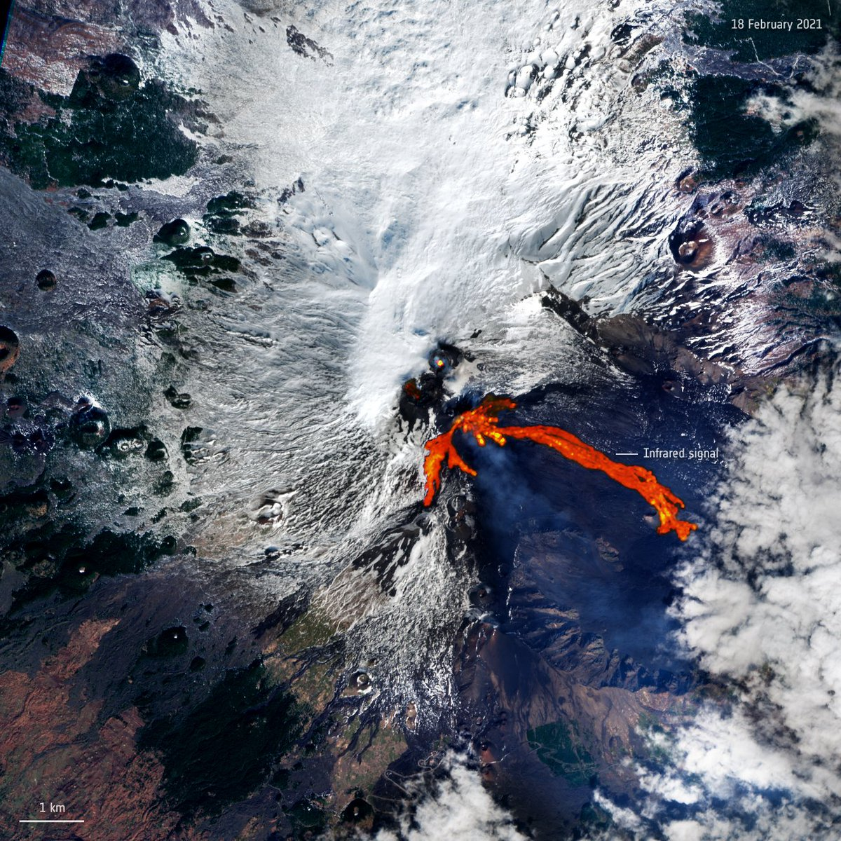 .@CopernicusEU #Sentinel2 a observé hier lEtna (Sicile), le plus haut volcan 🌋 dEurope en activité. Celui-ci est actuellement en éruption, et la bande spectrale infrarouge à ondes courtes permet de mettre en évidence la coulée de lave (en rouge vif). esa.int/ESA_Multimedia…