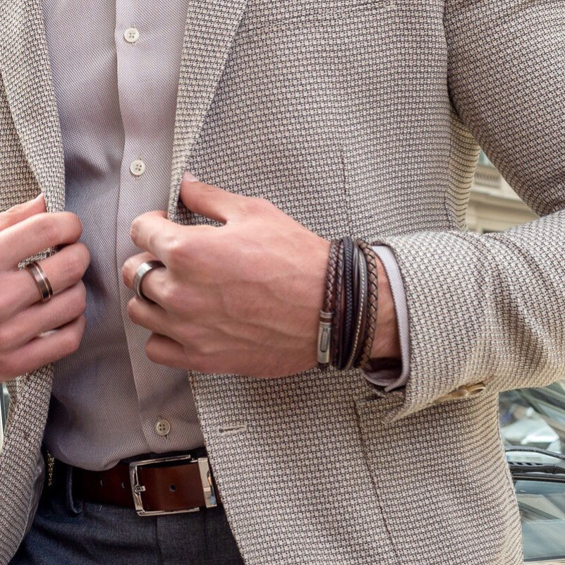 Men, take note: A stack of leather bracelets goes perfectly with a blazer! And the ladies like when a man can accessories in style. Check our shop for more! 💁🏻♂️ #leatherbracelet #mensjewellery #mensstyle #theleathermob #leatheraccessories #itsaskinthing