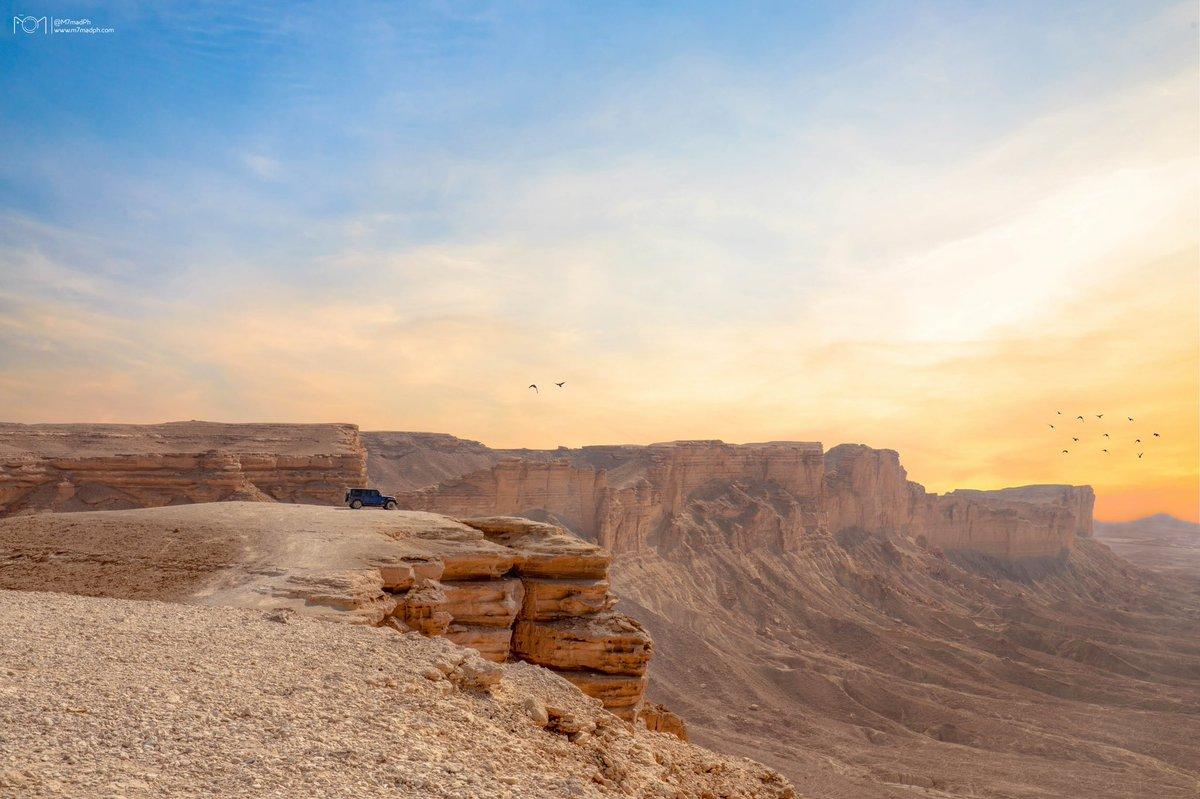هاوية #نهاية_العالم ضمن سلسلة جبال طويق التي تمتد ما يقارب ٨٠٠ كلم ، في منطقة الرياض 🇸🇦   مكان يستحق الزيارة أستمتعنا بالرحلة والتصوير فيه 😍⛰  مع أخوي المبدع 📸 @ajlan_x   ( كواليس الرحلة والصورة بالثريد 👇🏼)   #مطل_حافة_العالم
