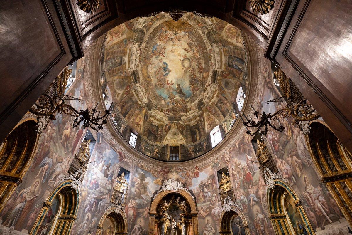 Oculta en una iglesia del Barrio de Malasaña, se esconde esta 'Capilla Sixtina' madrileña, una de las obras más bellas y sobrecogedoras de la capital. 📸 Beatriz Durán Balda para @madridesnoticia  #capillasixtina #arquitectura #historia #fotografia #malasaña #madrid #Spain