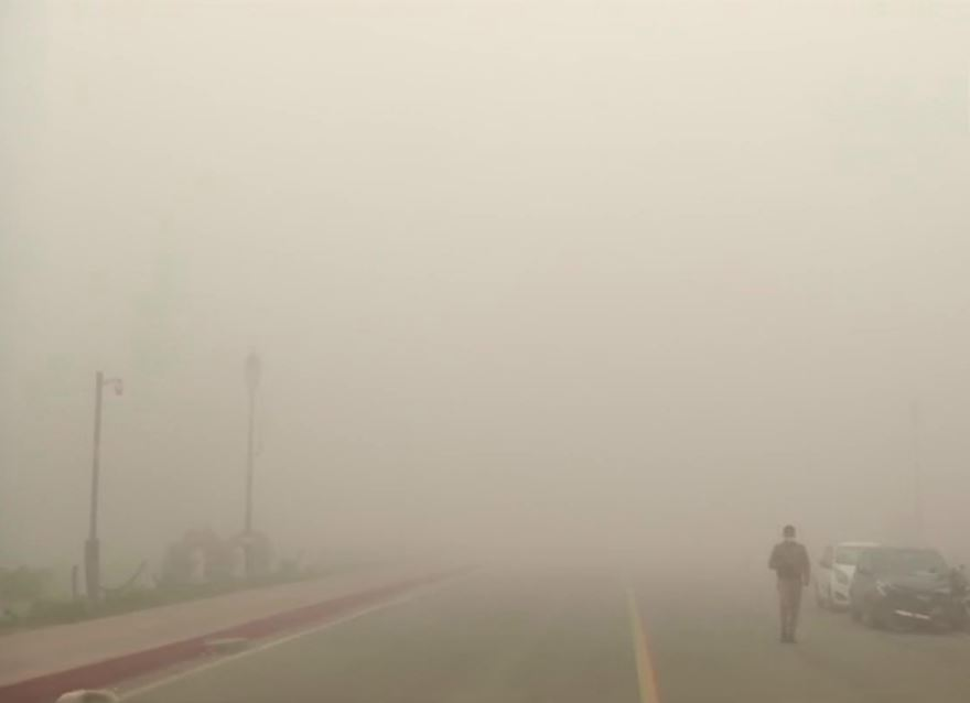 Delhi: India Gate disappears into a layer of dense fog.   As per India Meteorological Department (IMD)'s weather forecast, the national capital will experience 'very dense fog' today. #Delhi #IndiaGate #IMD