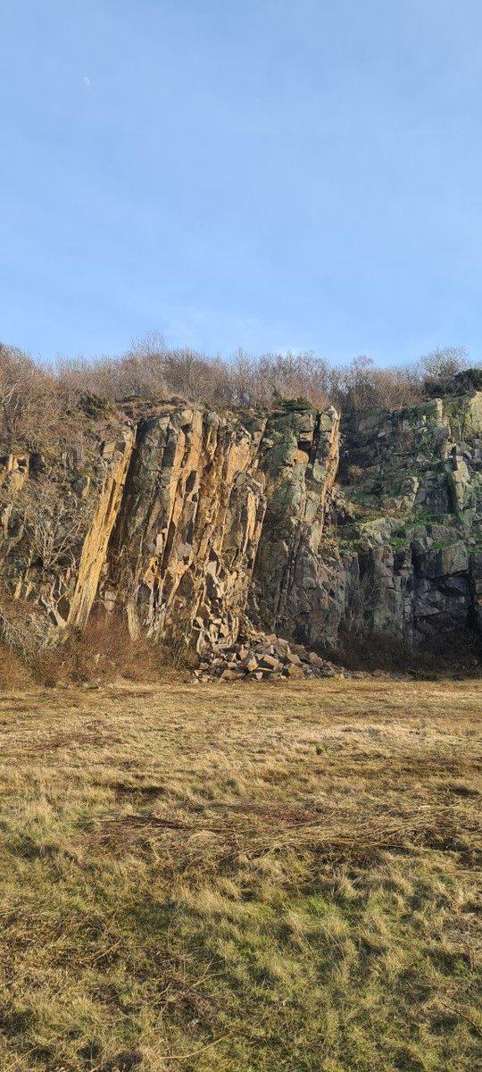 Om det skyldes nedbør og frost, eller om det er de underjordiske der rumsterer ved vi ikke. Men der er sket et stenskred i klipperne syd for Vang, og der er derfor spærret af på stedet. Vi opfordrer derfor til at man udviser forsigtighed, når man færdes nær klipperne. #politidk https://t.co/R5weSJtSfB