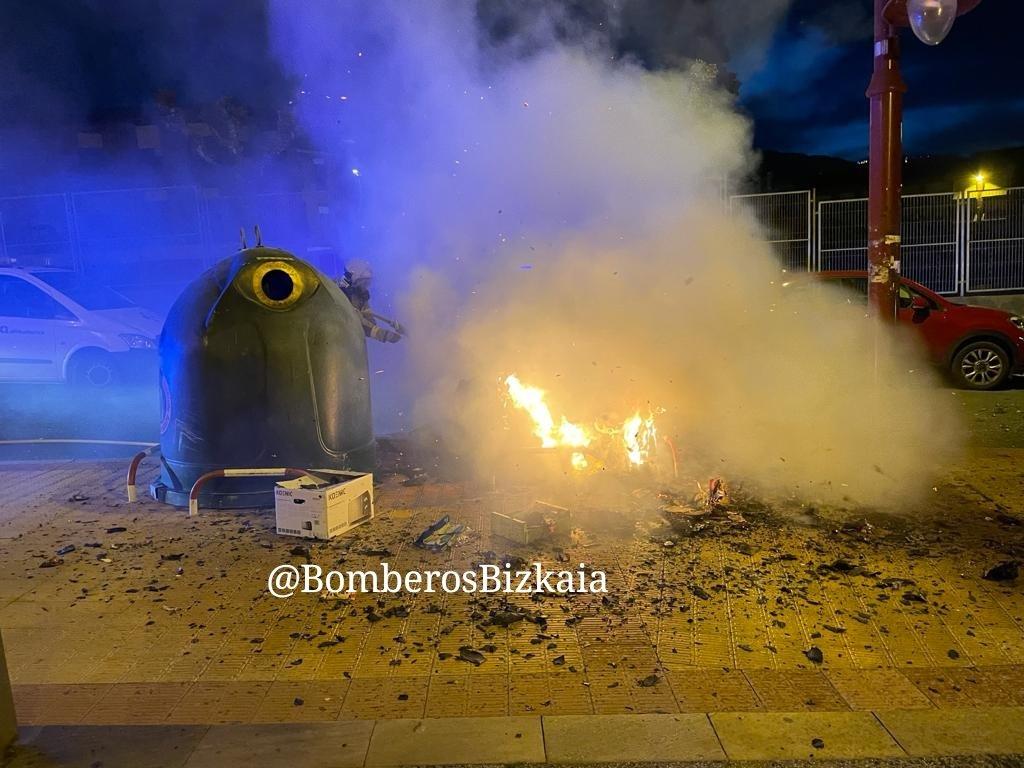 Imágenes incendio extinguido #Barakaldo #Bomberos Barakaldon amatatutako #Sutea…