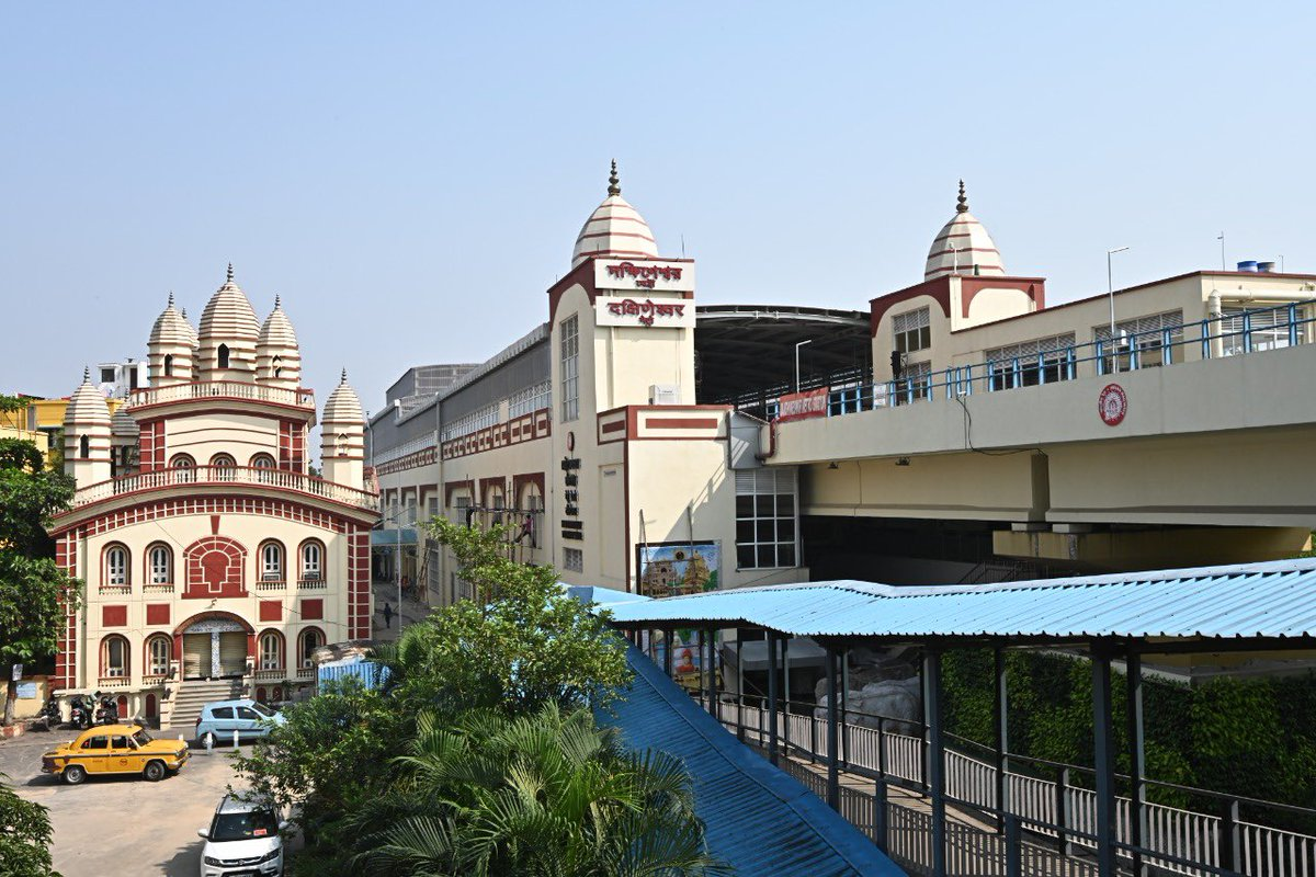 You would be happy to know that the two newly built stations of Baranagar and Dakshineswar have many modern facilities that will further 'Ease of Living.' They have also been designed aesthetically.