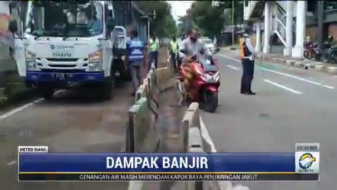 Banjir yang melanda sejumlah wilayah di DKI Jakarta terutama Jakarta Selatan berdampak terhadap aktivitas dan ekonomi masyarakat. Mulai dari operasional fasilitas umum hingga meruginya harta benda warga akibat terendam banjir. #MetroSiang #KnowledgeToElevate