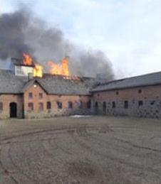 Politi og beredskab er fremme ved branden i Rødding. En beboer har pådraget sig brandskader og skal tilses på sygehuset. Hold afstand og giv plads til indsat personale. #politidk https://t.co/9IDftFakxk