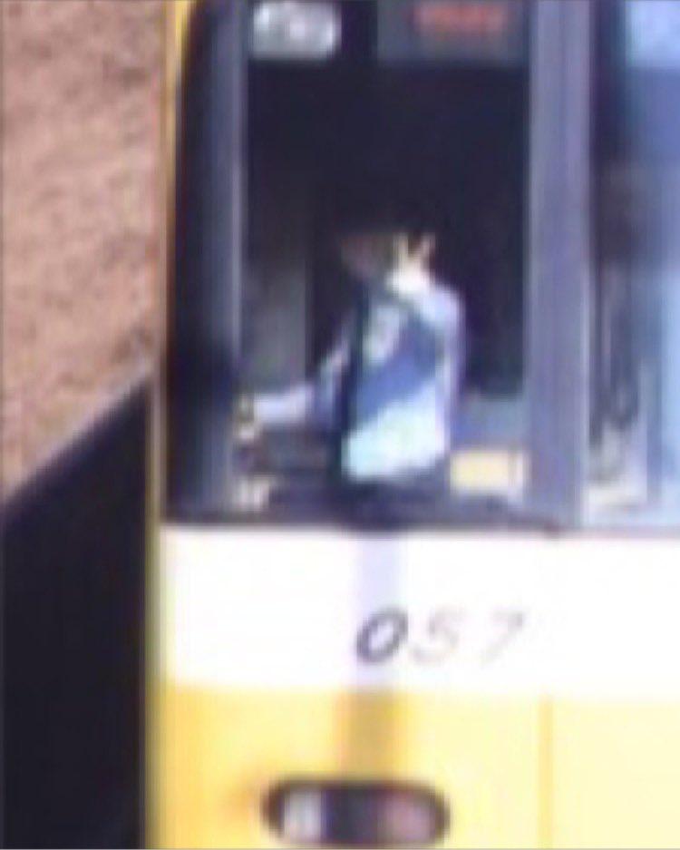 カメラで桜と電車を撮ってみると?車掌がノリノリで写っていた!