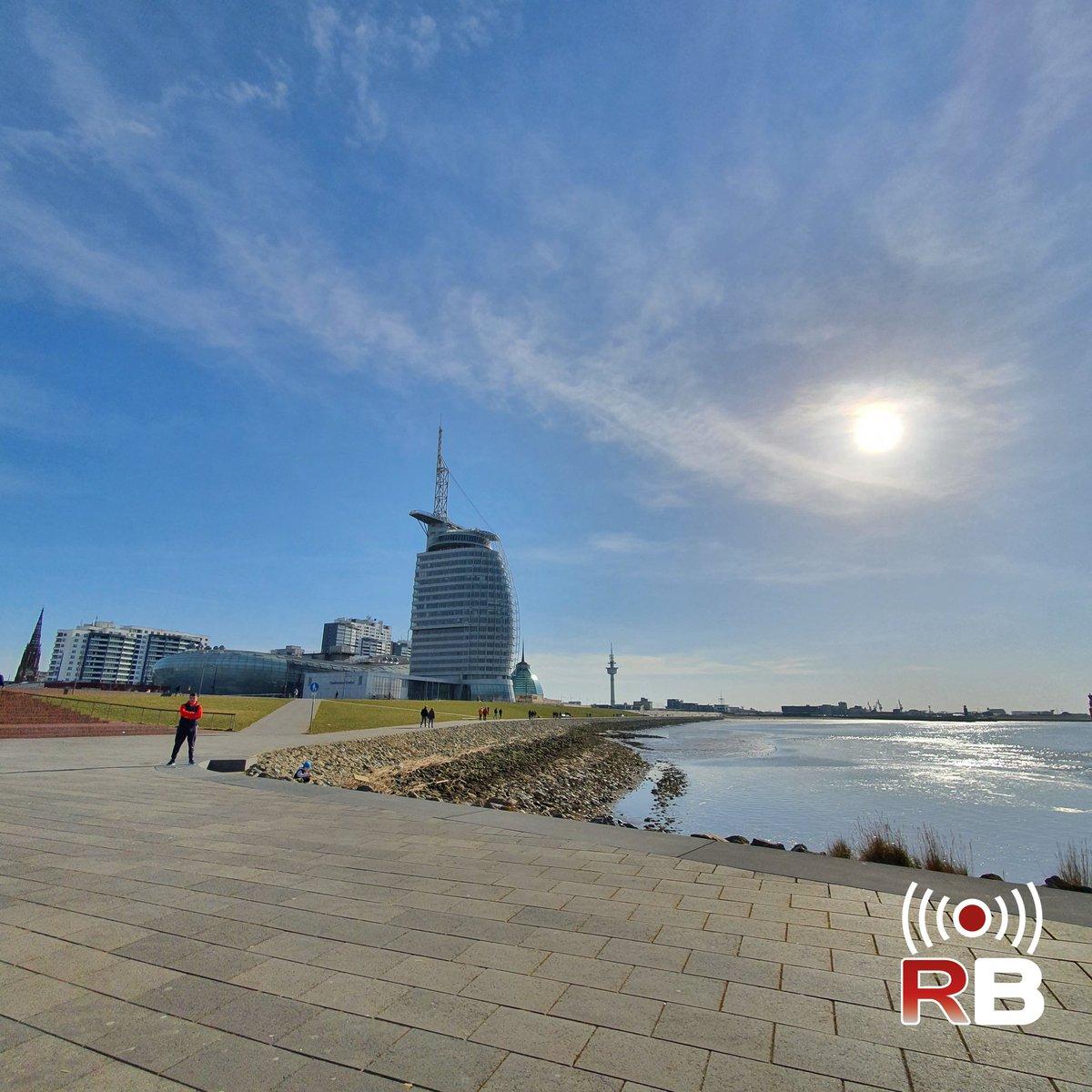 Die Kolleginnen und Kollegen von bremenports im Head Office im #SailCity hatten an dem Tag sicherlich eine tolle Aussicht!  #Hafen #Bremen #Bremerhaven