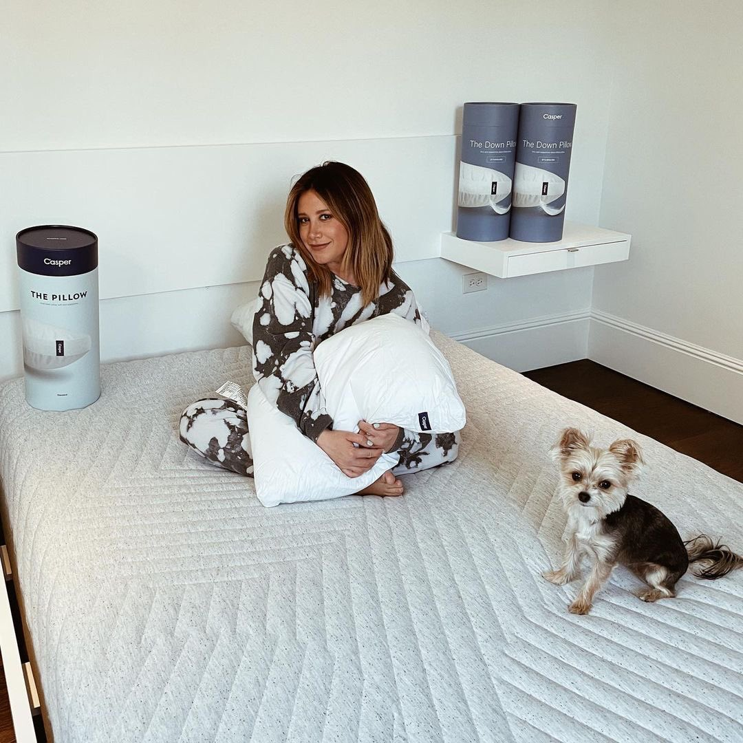 Getting a guest bedroom ready is always a huge priority for me because I want our guest to feel comfortable when visiting. Obviously right now we aren't having any guests but when the time comes I'm so glad we have a @casper mattress. It's SO comfortable even Ziggy loves it!😊
