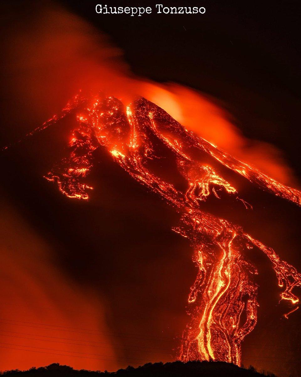 L'#Etna, en Sicile, est entré en éruption ces derniers jours, toutes proches des lumières de la ville de Catane. C'était aussi le cas pendant mon séjour à bord de l'ISS, et les coulées de lave (petits traits rouges à gauche sur la photo) étaient visibles depuis 400km d'altitude🌋