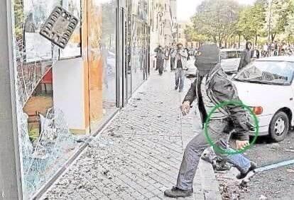 Replying to @marigelrosello: Antifacista rompiendo escaparates. La pistola?