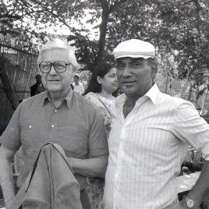 Hollywood filmmaker Robert Wise (director of cult films like West Side Story and The Sound Of Music) on sets of MASHAAL to meet Yash Chopra during his visit to India in 1982. Here along with Dilip Kumar, Waheeda Rehman and Rati Agnihotri. #YashChopra #DilipKumar #WaheedaRehman