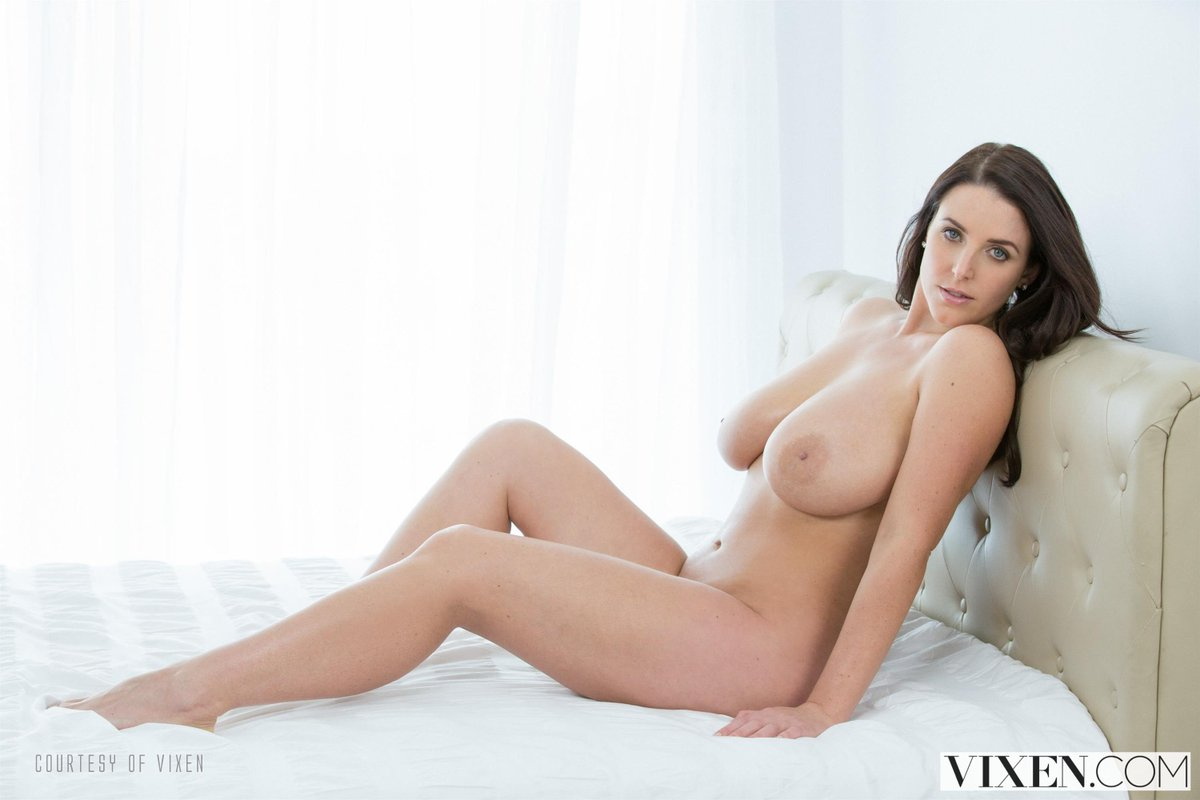 Want to spend the day in bed with @ANGELAWHITE 🔥💗 angelawhitestore.com/1920228/racks-…