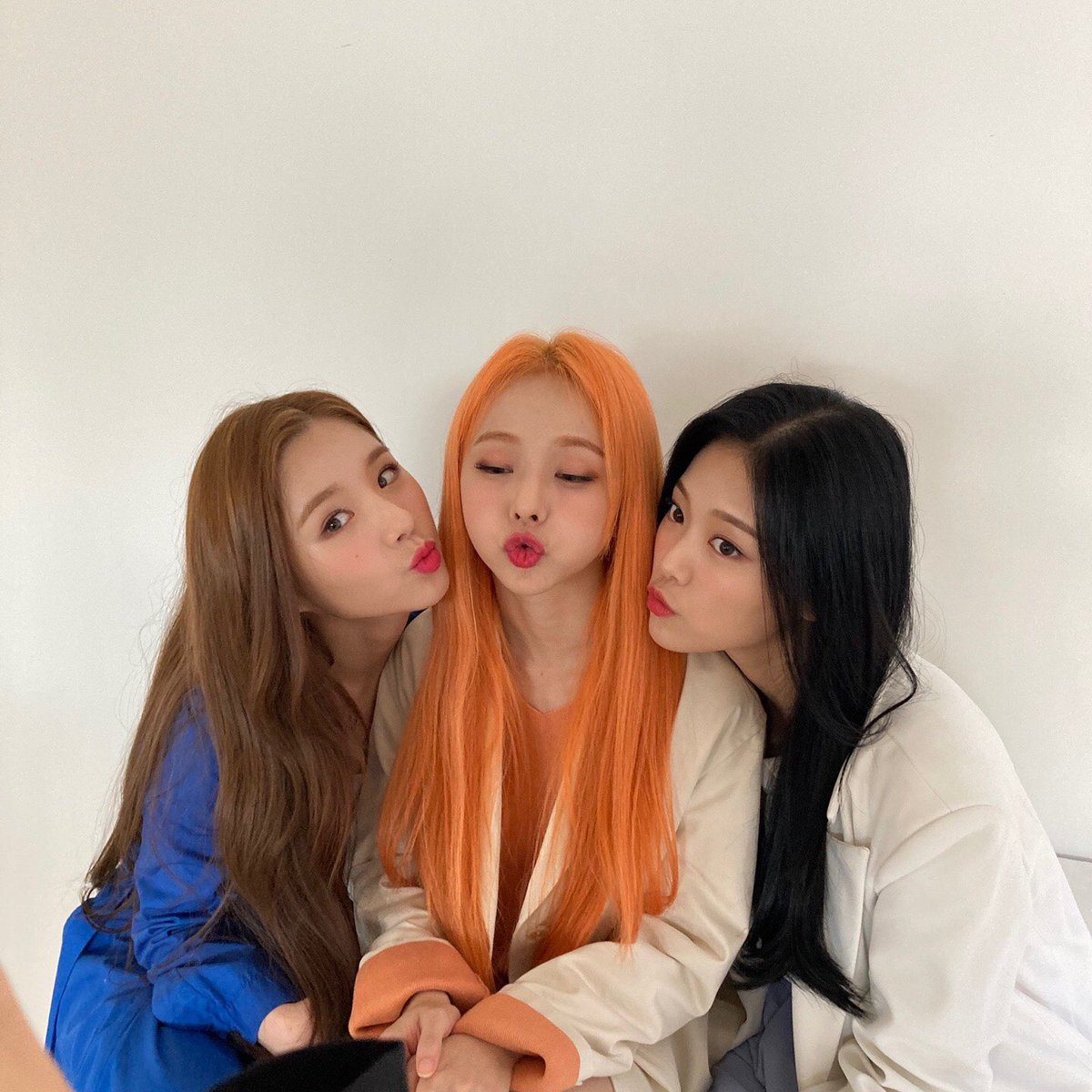 #MostRequestedLive starts in less than 1 hour, can we take #LOONA_Star back at song of the night? Let's do our best! Follow @loonatheradio for updates and stuff.  @loonatheworld #LOONA