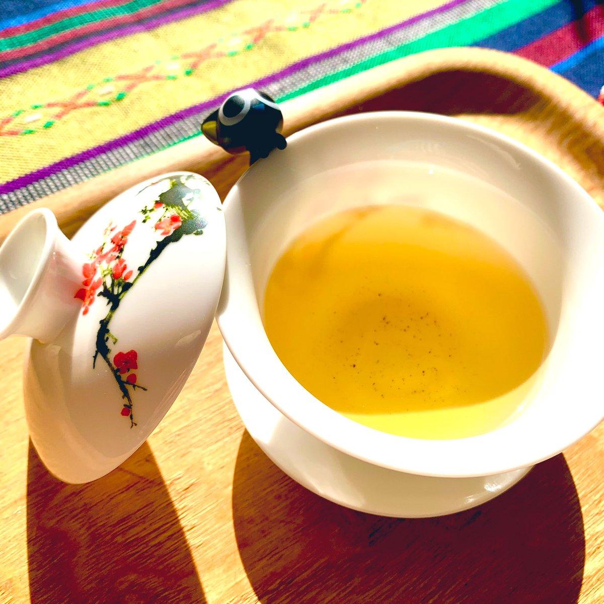 アンソロジー主催者様から記念品にとても素敵な茶器を頂きましたとても薄くて絵柄が透けて綺麗~✨お茶も美味しい!友人からもらった琥珀糖と一緒にいただきました。ありがとうございます🥰