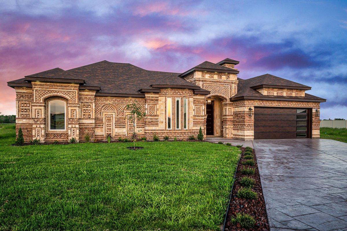 This exterior is are such a 𝙫𝙞𝙗𝙚 💜🏡💙  ⤴ Home by @TrevinoLuxury–2021 RGV Energy Efficient Builder.    #RGV #2021EEB #RGVrealestate #McAllen #RGVbuilder #HighPerformance #Friday #Fridayvibes #STX #EdinburgTx #Texas #NewHome #RioGrandeValley