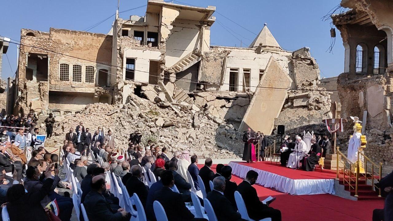 La oración ante las ruinas de Mosul