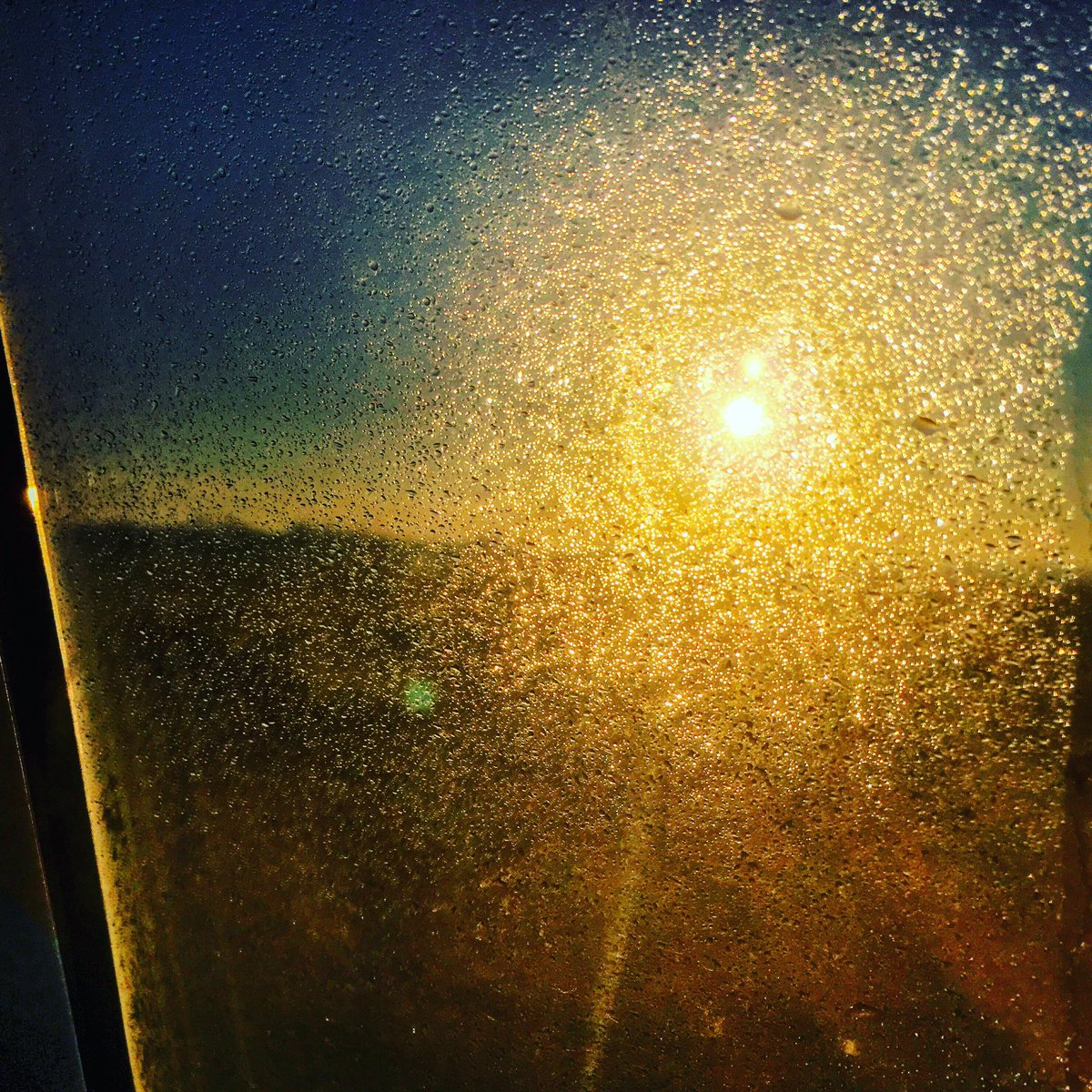 Next time I Tweet I'll be (hopefully) in Brussels. They hardly let me out... no travel without drama #sunrise https://t.co/oViu3rbvmB